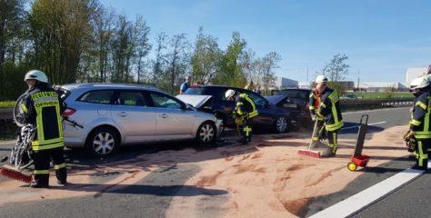 Auffahrunfall: Vier Fahrzeuge, sechs Verletzte