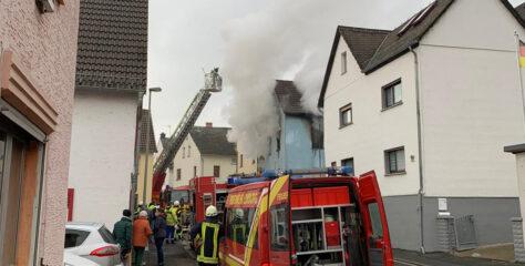F 2 Y: Wohnhausbrand mit 5 Verletzten, Kirchstraße, Ahlbach